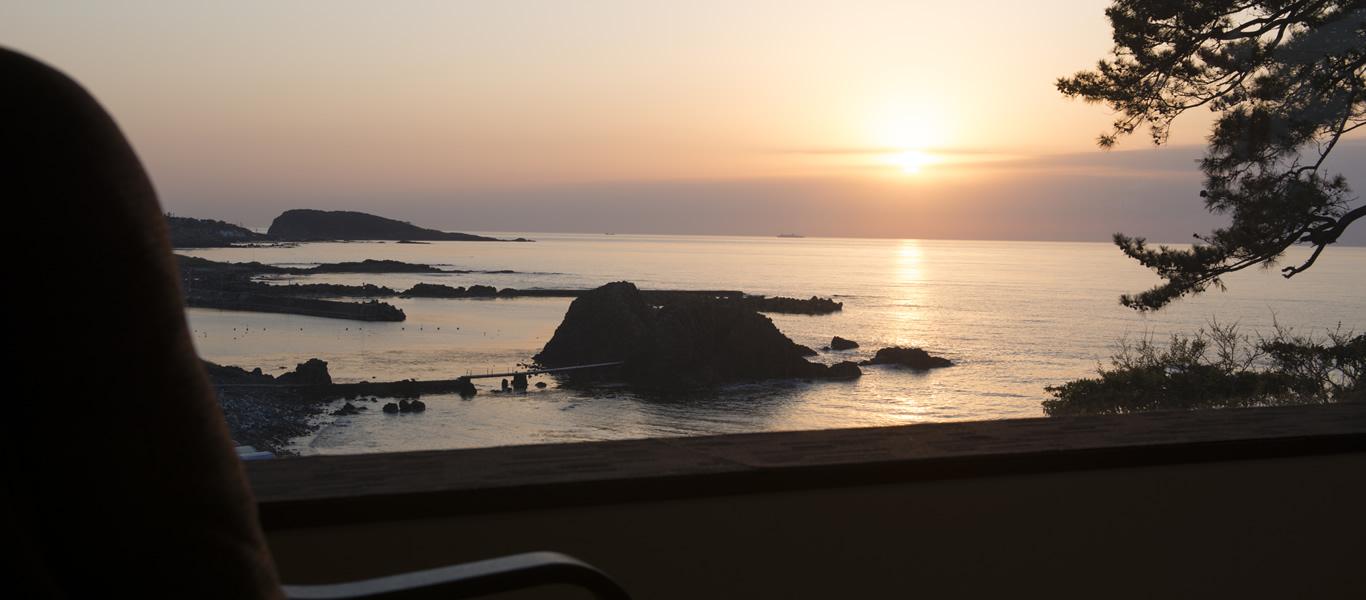 客室「越前」から見る夕日
